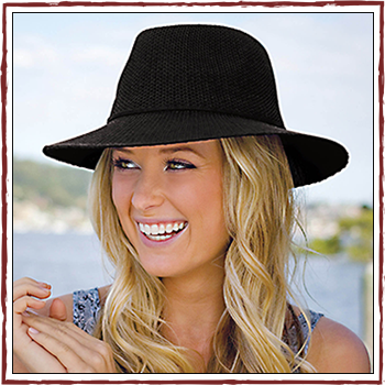 Woman hat -  Color black. Fibers: 100% polyester (PL)