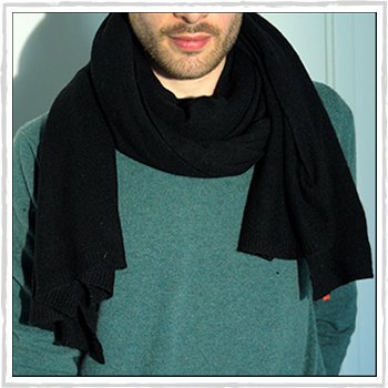 Man scarve color black code 245. Composition: 95% cashmere (WS) and 5% other fibres (AF) or 100% cashmere (WS). One size.