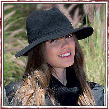 Woman hat - Color black. Material: 50% lambswool (WW) and 50% polyester (PL)