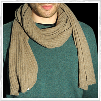 Man scarve color beige code 120. Composition: 95% cashmere (WS) and 5% other fibres (AF) or 100% cashmere (WS). One size.