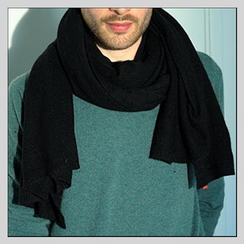 Man scarve color black code 245. Composition: 95% cashmere (WS) and 5% other fibres (AF) or 100% cashmere (WS). One size.